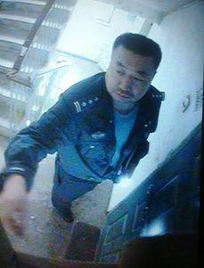 警察王建民在张秋莎家门前