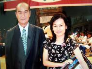 花莲县长谢深山(左)颁奖给李敏瑜