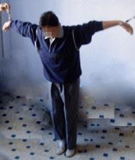 酷刑演示:双臂分别铐在两个床上,双臂呈飞机式
