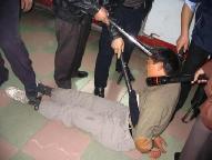 酷刑演示:警察用电棍电击法轮功学员