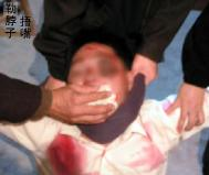 酷刑演示:勒脖子捂嘴