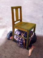 酷刑模拟演示图:五花大绑塞到椅子底下