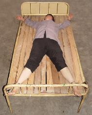 """酷刑演示:呈""""大字形""""固定在床上"""