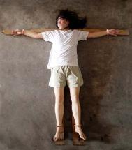 """酷刑演示:铐在""""十字架""""上,所谓的""""飞机"""