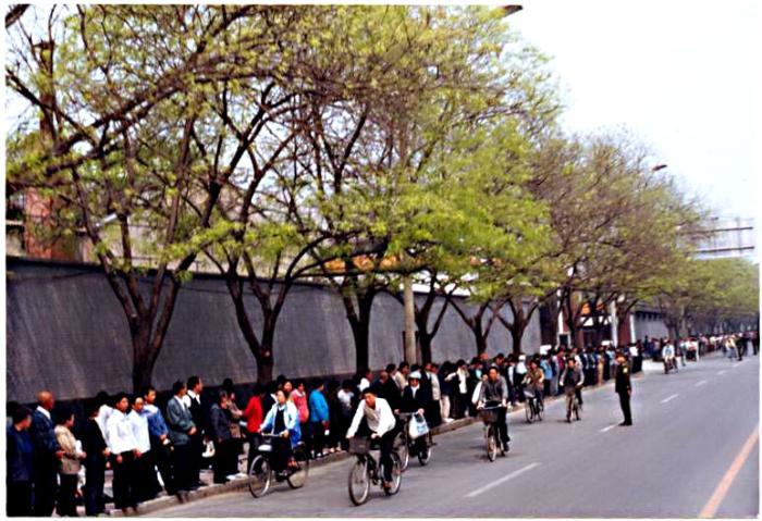 Hơn 10.000 học viên Pháp Luân Công thỉnh nguyện ôn hòa tại Bắc Kinh, ngày 25/4/1999 (Ảnh: Minh Huệ)