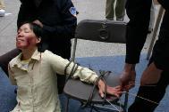 酷刑演示:竹签刺手指甲