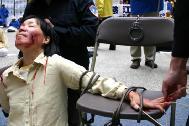 图3:在纽约曼哈顿模拟演示,揭露中共酷刑迫害法轮功学员
