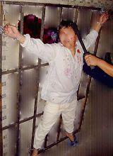 酷刑演示:铐在铁架子上