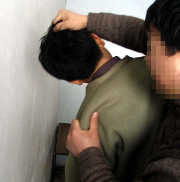 酷刑演示:揪头发撞墙
