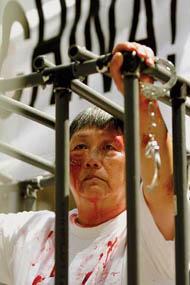 图2:在纽约曼哈顿模拟演示,揭露中共酷刑迫害法轮功学员