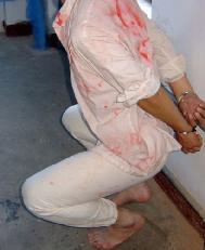 酷刑演示:半蹲反铐背挂(就是站不起来也蹲不下)