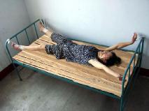 酷刑演示:铐在床上