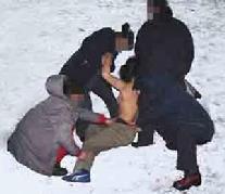 中共酷刑:扒光上衣,摁倒在雪地里冻