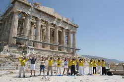 二零零七年八月,法轮功学员在雅典卫城帕特农神殿展示法轮桩法
