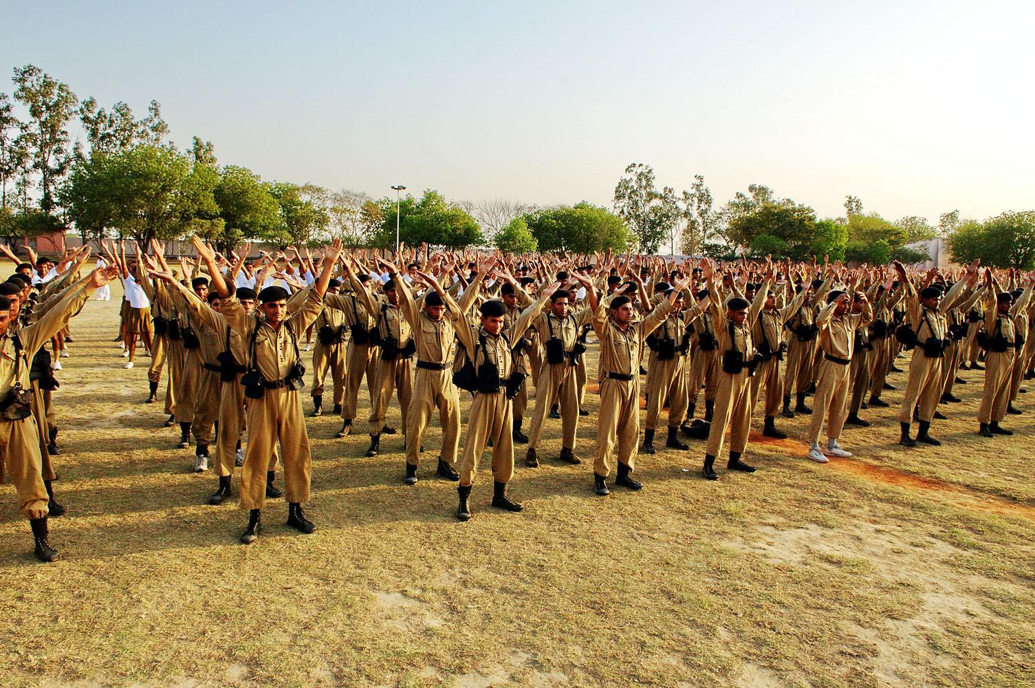 2009年4月13日,印度首都德里(Delhi)警察训练大学的上千学生学炼法轮功。(明慧网)