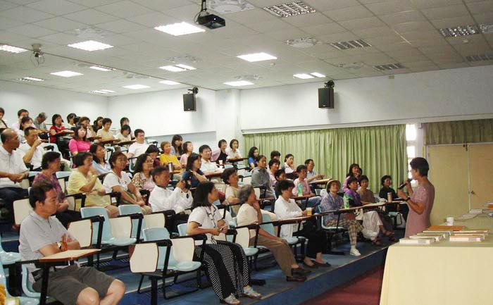 Các giáo viên trong trường tham dự bài phát biểu của bác sỹ Lâm Quý về trải nghiệm của cô trong việc tập Pháp Luân Công