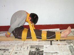 中共劳教所酷刑演示:捆绑