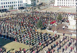 一九九八年初春,抚顺市新宾满族自治县四千多名法轮功修炼者在县政府前面的街心公园炼功的场景。(此图用普通照相机分两次拍摄全景。)