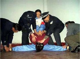 酷刑演示:强行将受害者的双腿一字劈开