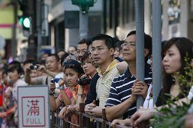 许多大陆游客看到法轮功学员游行,都感到很震撼。