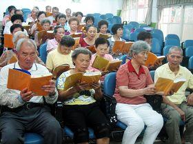 每周日下午可以比學比修的讀書會,是這群老年法輪功學員共同的期待
