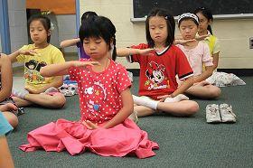 希望孩子透过法轮功修身养性,从小树立一个好的品质