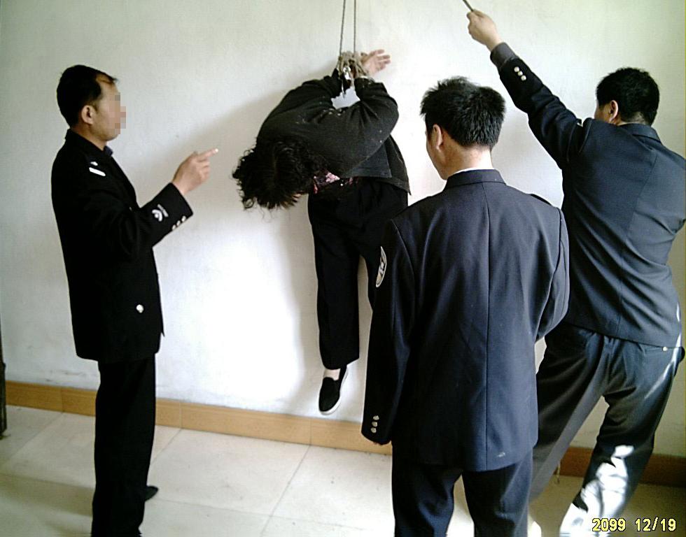 酷刑演示:吊铐