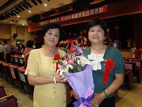 黄玉花(右)与友人在模范婆媳的颁奖会场上