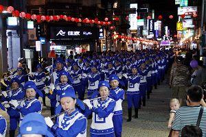台湾法轮功学员组成的天国乐团,雄壮的军乐演出震撼现场民众