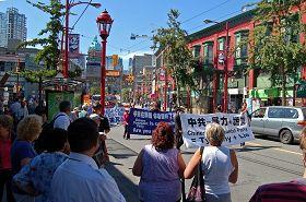 唐人街观看游行的民众