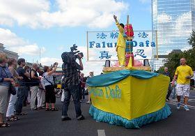 华沙多元文化节,法轮功学员参加花车大游行