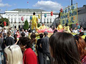 华沙市民在总统府门前观看法轮功学员的彩船