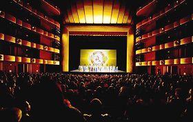 '二零一二年一月十一日、十二日晚,神韵巡回艺术团在纽约林肯中心大卫寇克剧院上演的二场演出连续爆满。'