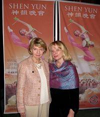 好莱坞一家顶尖影视公司的副总裁简肯斯女士(右)和朋友莫伊女士