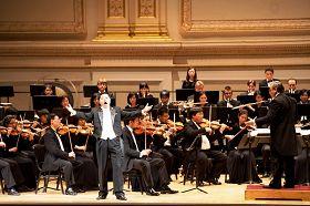 神韵著名男高音歌唱家洪鸣在演唱《心中的歌》。