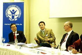 二零一二年十一月七日,德國國際人權協會開記者招待會揭露中共活摘法輪功學員器官,圖為(從左至右)國際人權協會理事吳曼楊、法輪功學員張而平、國際人權協會理事會發言人萊森廷。