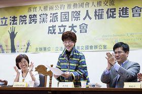 """'二零一二年十一月二十三,台湾立法院正式成立""""立法院跨党派国际人权促进会"""",立法院副院长洪秀柱(中)到场祝贺,并宣读院长王金平的书面致词。'"""