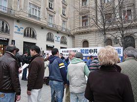 萨拉格萨市民纷纷前来了解真相,踊跃签名声援法轮功