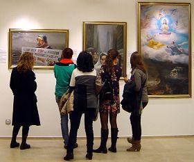 巴塞罗那市Urgell文化中心展览馆内,观众参观真善忍美展