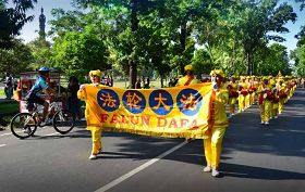 法轮功学员组成的腰鼓队在巴厘岛登巴萨游行