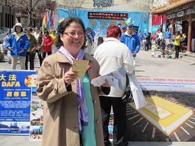 二零一二年五月五日,蒙特利尔法轮功学员庆祝法轮大法弘传于世二十周年,金女士在派发法轮功真相资料。