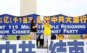 华府退党服务中心义工陶丽莎(左)在美国首都华盛顿