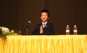 十歲日本小弟子在法會上交流自己的修鍊故事