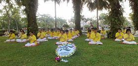 法轮功学员在士迪雅英达公园里静穆悼念遭中共迫害致死的大陆<span class='voca' kid='59'>同修</span>