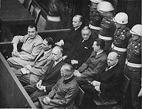 """图:纽伦堡审判图片。二战结束后,纽伦堡国际军事法庭否决了迫害帮凶们""""奉命行事""""的辩解。"""