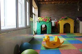 E:幼儿园的孩子的游乐园。