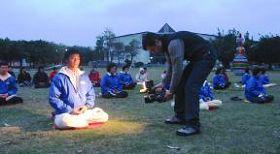 图三:意大利的媒体在台湾花莲县文化局前大草坪拍摄学员晨炼
