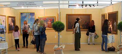"""萨洛尼卡国际展览厅内""""真善忍美展""""的观众络绎不绝"""
