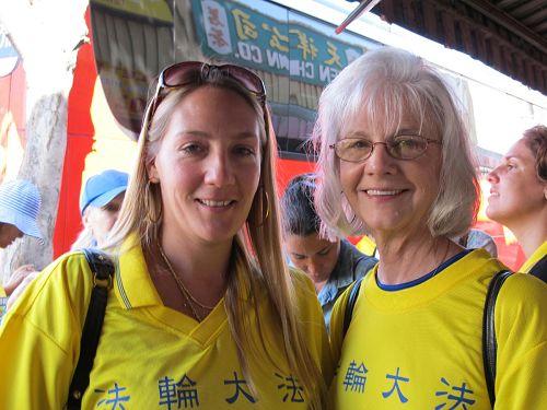 '来自美国肯萨斯州的乔伊斯(Joyce,左)与母亲凯瑞?米切尔(KerriaMitchell)认为,全世界的人都应该了解大法。'