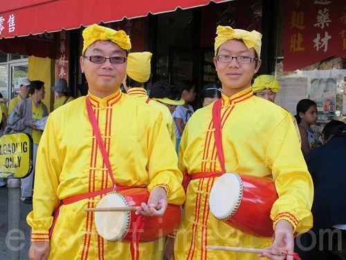 '法轮功学员越南裔哈藩(HaPhan)和儿子都在当天的游行中表演腰鼓。'